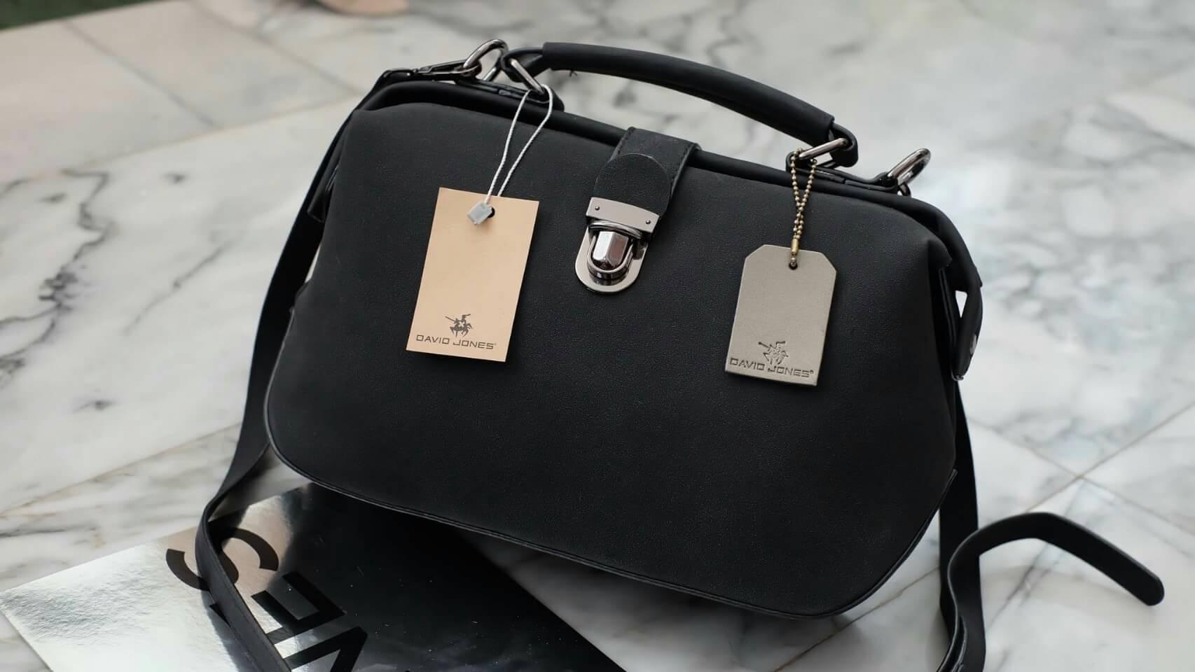 กระเป๋า DAVID JONES หนังกลับ สวยมาก แถมทรงเก๋มากๆค่า ตัวกระเป๋าขนาดกะทัดรัด น้ำหนักเบา จุของคุ้มมากๆ คะ