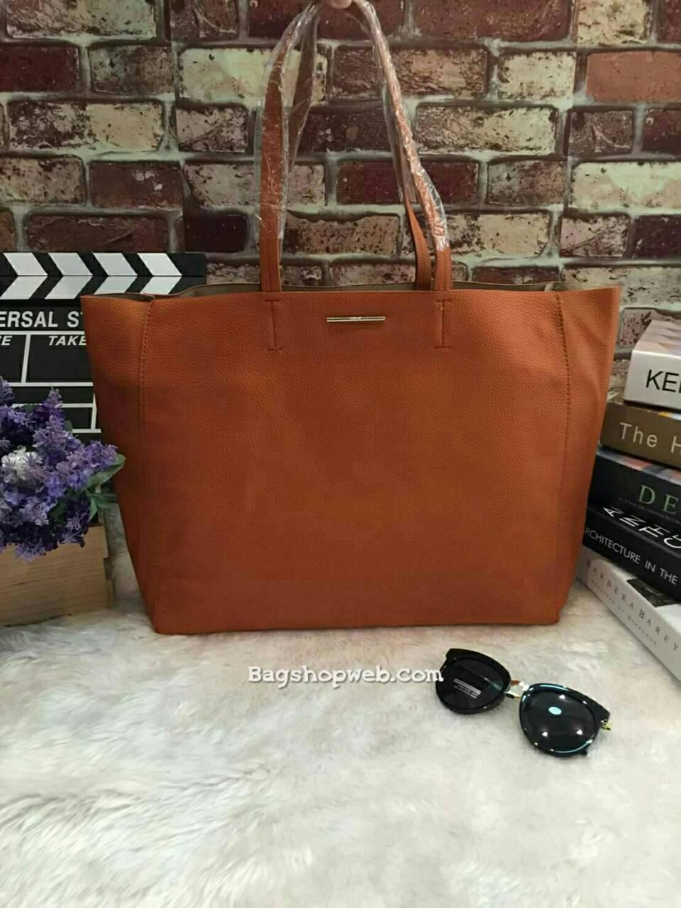 กระเป๋าทรงเรียบเก๋จาก MANGO รุ่น FAUX-LEATHER SHOPPER BAG ด้านหน้ามีโลโก้สีเงิน