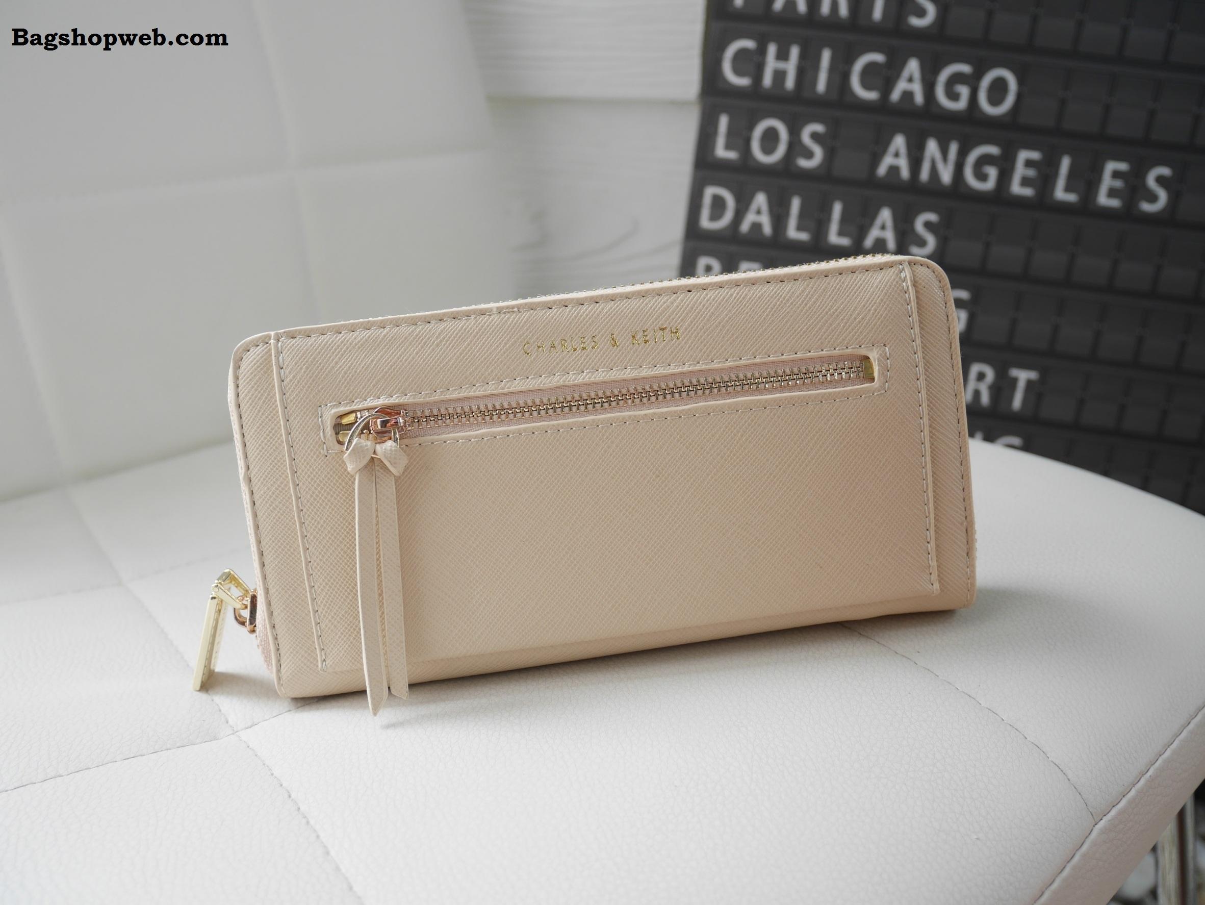 กระเป๋าสตางค์ Charle & Keith Front Zip Detail Wallet สีเบจ ราคา 1,090 บาท Free Ems