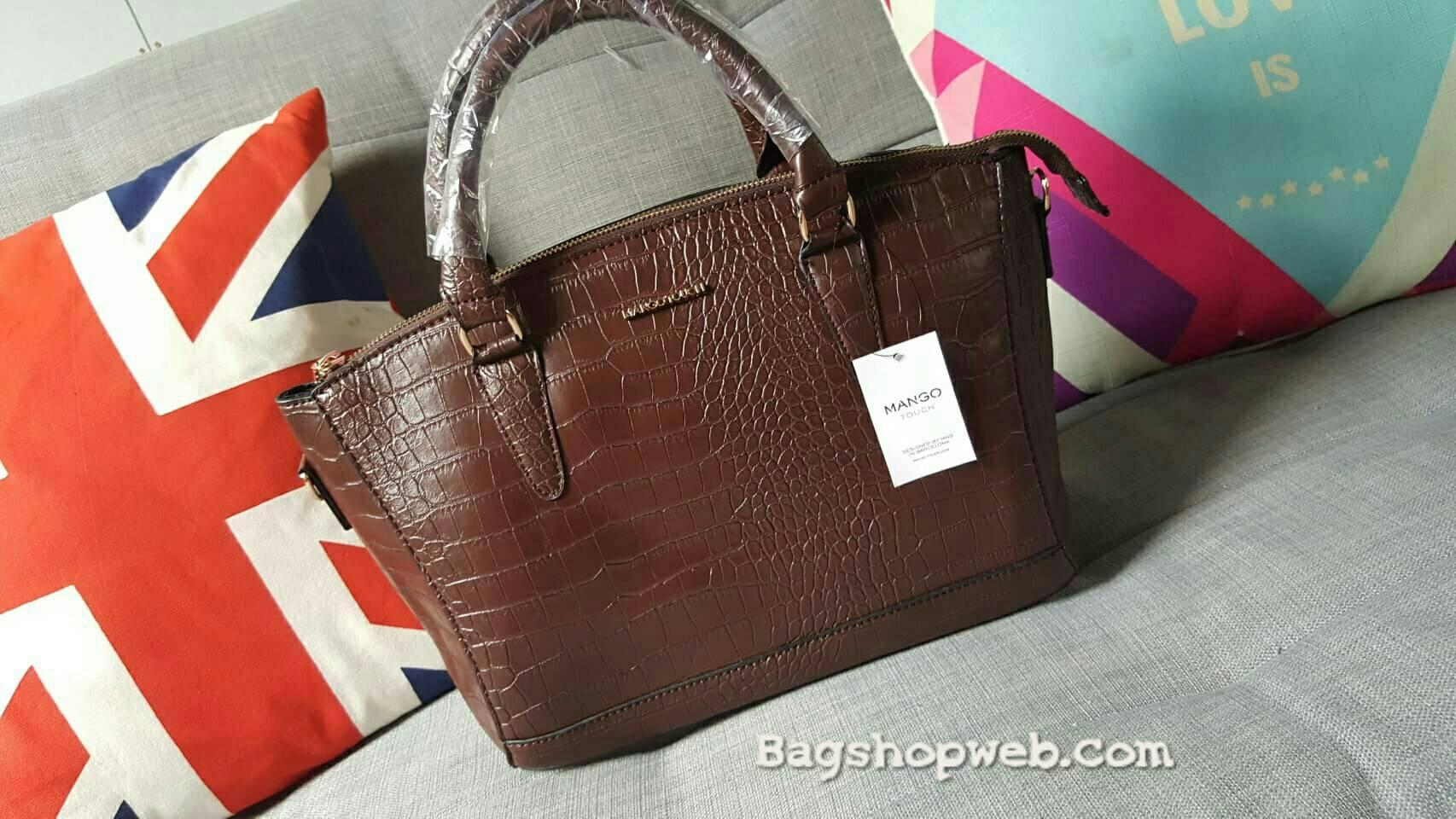 กระเป๋าหนัง สุดคลาสิค ทรงสุดหรู New Collection ยี่ห้อ MANGO TOUCH แท้ กระเป๋านำเข้า รุ่น Croc Tote Bag พร้อมส่ง ที่ไทย ออกแบบหนังด้วยลายหนังแท้ ด้วยดีไซน์ 2 อย่างถี่และห่าง ทรงตั้งสง่า แข็ง ไม่ยุบแบนเวลาวาง แต่งให้หรู ด้วยอะไหล่ทอง ทั้งใบ