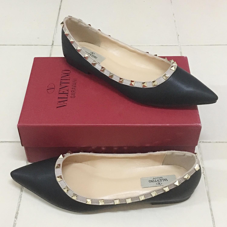 รองเท้าส้นแบนไซส์ใหญ่ วาเลนติโน Valentino Style สีดำ รุ่น KR0452