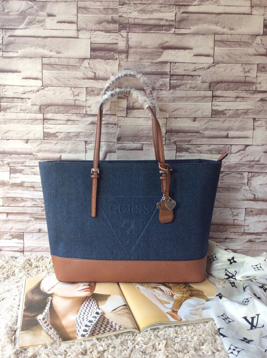 กระเป๋าถือหรือสะพาย Guess Peak Navy Blue Tote Shoulder Bag ราคา 1,690 บาท Free Ems