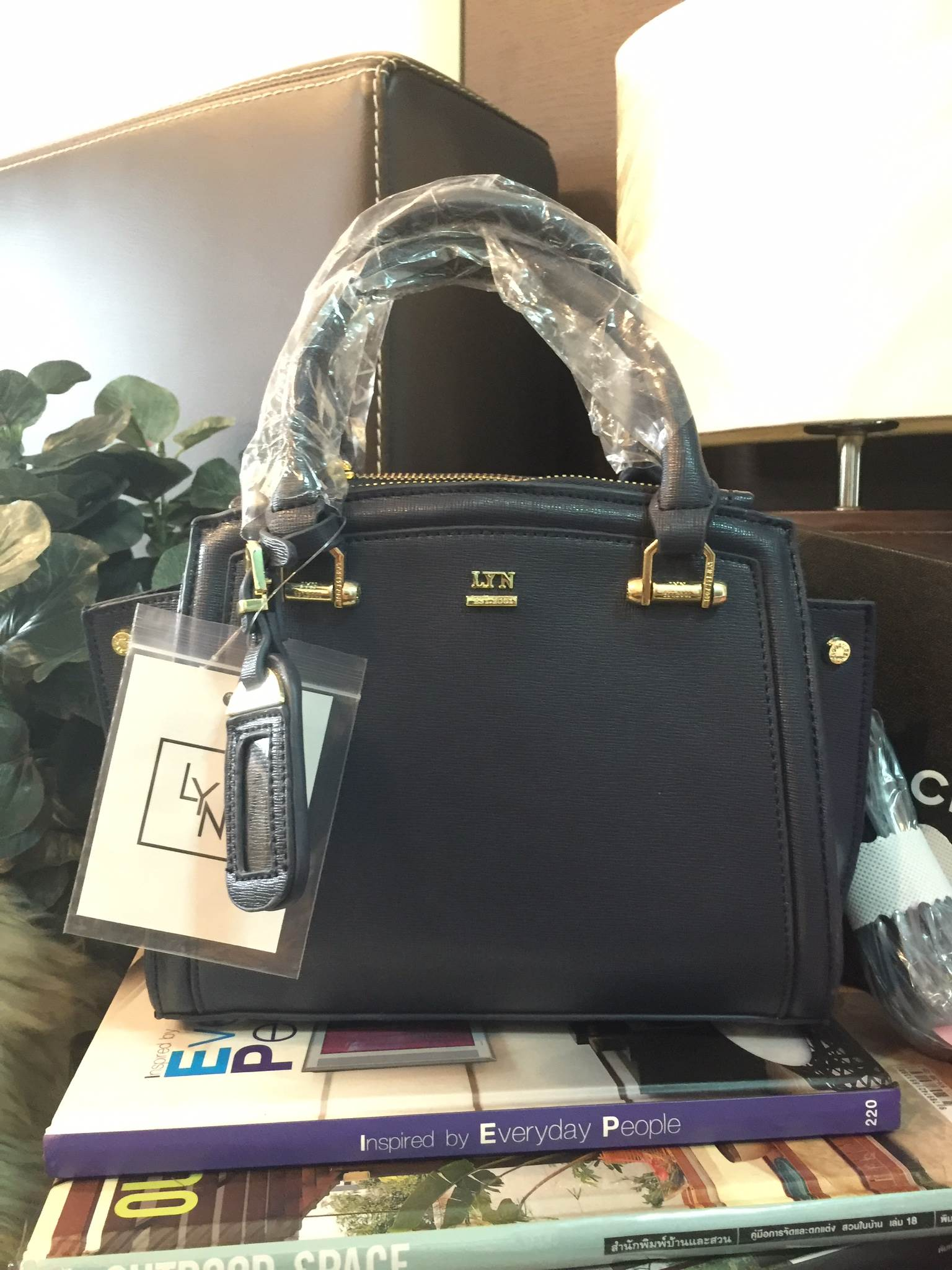 LYN Madison Bag สีดำ กระเป๋าถือหรือสะพายทรงสวย รุ่นใหม่ล่าสุด วัสดุหนัง Saffiano