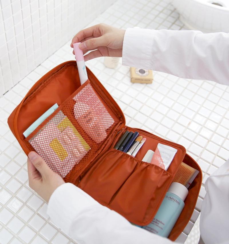กระเป๋าอเนกประสงค์พกพาสะดวก สำหรับใส่อุปกรณ์เครื่องสำอาง อุปกรณ์ห้องน้ำ หรือสิ่งของจำเป็นอื่นเพื่อการเดินทาง ทำจากไนล่อนกันน้ำคุณภาพดี
